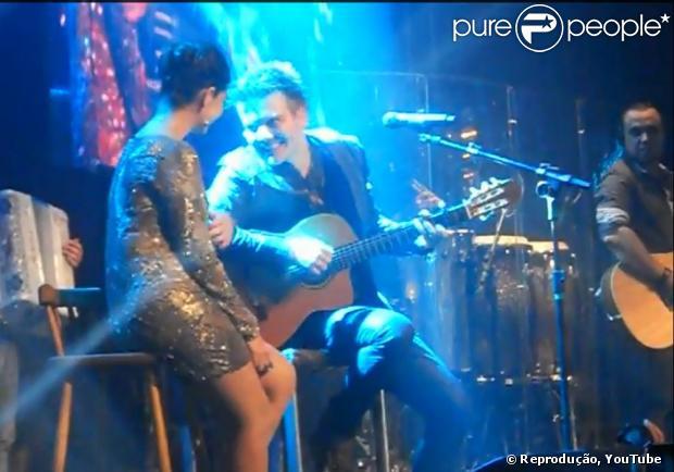 Michel Teló canta a música 'Maria' para Thaís Fersoza, no lançamento do CD 'Sunset ' , em São Paulo. O vídeo com a homenagem foi publicado no YouTube em 24 de maio de 2013