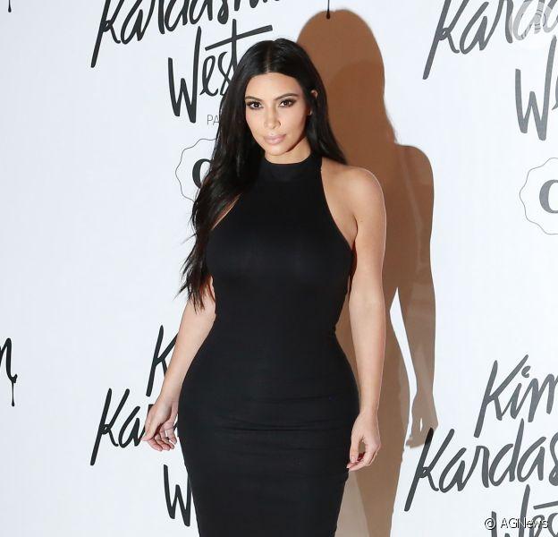 Kim Kardashian aposta em vestido de sua coleção para evento em São Paulo