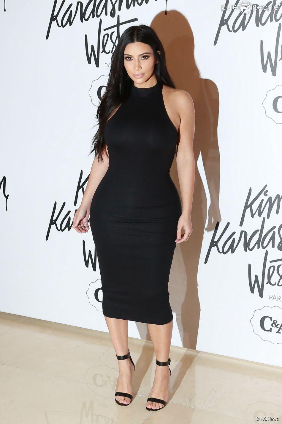 Kim kardashian com vestido preto e branco