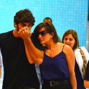 Grávida, Deborah Secco recebe carinho do noivo, Hugo Moura, em aeroporto do Rio