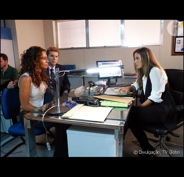 Regina (Camila Pitanga) e Vinícius (Thiago Fragoso) apresentam uma gravação que incrimina Beatriz (Gloria Pires) do assassinato de Cristóvão (Val Perré) para Vera (Maíra Charken), na novela 'Babilônia', em 18 de maio de 2015