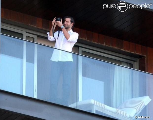 Bradley Cooper fotografa a praia de Ipanema da sacada do hotel que está hospedado nesta terça-feira, em 28 de maio de 2013. Ele está no Brasil para divulgar o filme 'Se beber, Não case'