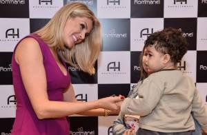Ana Hickmann posa com fãs, faz selfies e acaricia barriga de grávida em evento
