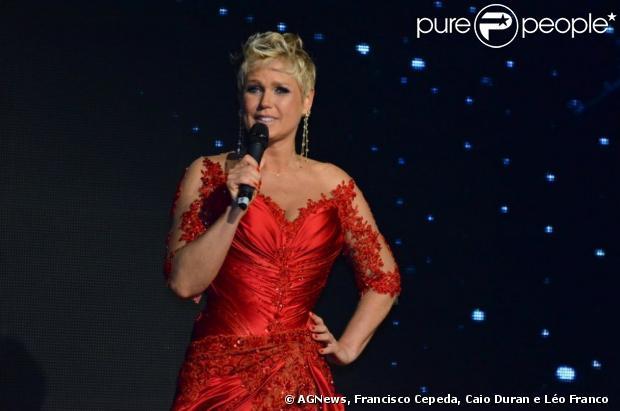 Vestido vermelho e brincos usados por Xuxa em sua festa de 50 anos são leiloados por R$ 400 mil, em 28 de maio de 2013