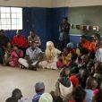 Lady Gaga senta em uma roda com as crianças do projeto para divulgar a mensagem de compaixão que tanto apregoa
