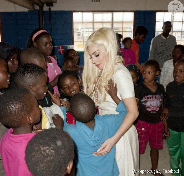 Lady Gaga visita projeto social em Joanesburgo, na África do Sul, em foto publicada nesta segunda-feira, 3 de dezembro de 2012