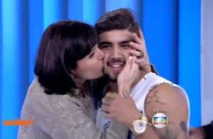 Monica Iozzi agarra e enche Caio Castro de beijos na TV: 'Estou envergonhado'