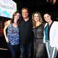 Deborah Evelyn, Denis Carvalho, Ingrid Guimarães e Fernanda Vasconcellos posam juntos para a foto