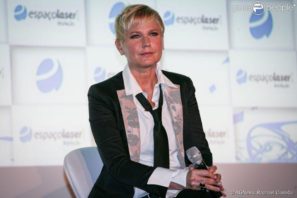 Em coletiva, Xuxa chama Globo de ex-casa e revela que emissora a pedia para usar minissaia contra a sua vontade: 'Eles pediram que eu voltasse a ter um estilo de roupas mais leve, mais verão'
