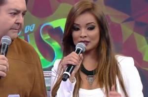 Carol Nakamura usa look curto no 'Domingão' e é elogiada no Twitter: 'Gostosa'