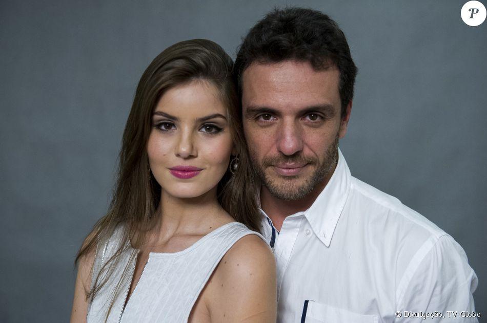 Alex (Rodrigo Lombardi) vai levar Angel (Camila Queiroz) para sua lua de mel com Carolina (Drica Moraes) e irá se declarar para a jovem, na novela 'Verdades Secretas'