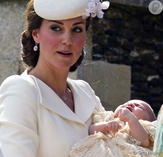 Kate Middleton usou conjunto de brinco e cordão 18 quilates no valor de R$ 11 mil para o batizado de sua segunda filha, princesa Charlotte