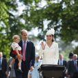 Kate Middleton acenou para os fotógrafos enquanto caminhava ao lado do marido, príncipe William, e do primogênito, príncipe George