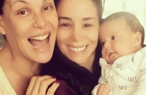 Filha caçula de Carolina Ferraz ganha visita de Danielle Winits: 'In love'