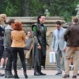 Chris Hemsworth, Tom Hiddleston, Jeremy Renner, Scarlett Johansson, Chris Evans, Mark Ruffalo e Robert Downey Jr. são flagrados filmando 'Os Vingadores' em Nova York