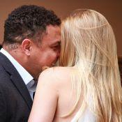 Ronaldo troca carinhos com a namorada, Celina Locks, durante evento de grife