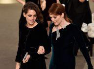 Kristen Stewart e Julianne Moore viram figurantes no desfile da Chanel em Paris
