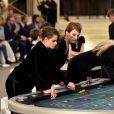 Kristen Stewart e Julianne Moore chegaram ao evento fictício separadas e depois se sentaram à mesa