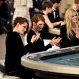 """Durante todo o desfile da Chanel, Kristen Stewart e Julianne Moore fingiram apostar em uma mesa de blackjack. Segundo a """"Associated Press"""" as duas arrancaram suspiros da plateia ao aparecerem de surpresa"""