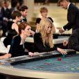 """Kristen Stewart e Julianne Moore encarnaram duas apostadoras para o desfile da Chanel na semana de alta-costura outono-inverno 2015/2016, em Paris. Para o evento a grife recriou um cassino, chamado de """"Cerclé Prive"""""""
