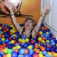 Nany People brincou em piscina de bolinhas
