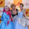 Nany People posou para fotos ao lado de atrizes vestidas de Cinderela e fada