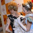 Nany People mostrou suas tatuagens para atriz vestida como a Cinderela