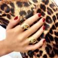 Eliana posa com anéis dourados da marca Exia, que combinaram com as unhas vermelhas da apresentadora