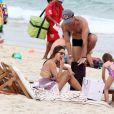 Na praia, a modelo matou a fome com um lanchinho providencial