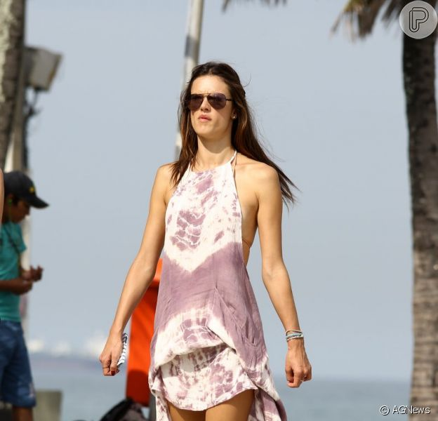 Alessandra Ambrosio aproveitou uma folgas nas gravações de 'Verdades Secretas' para curtir o dia na praia de Ipanema