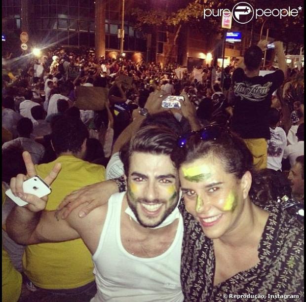 Narcisa Tamborindeguy pistou o rosto e foi ao protesto em frente à cada do governador Sérgio Cabral, no Leblon, Zona Sul do Rio