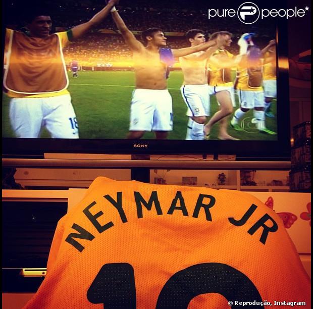Bruna Marquezine parabeniza o namorado, Neymar, após o jogo do Brasil contra Itália, em 22 de junho de 2013