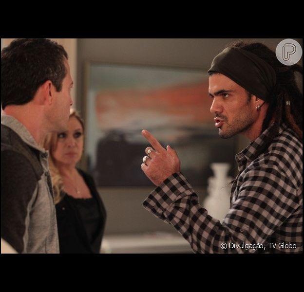 Bruno (Malvino Salvador) e Ninho (Juliano Cazarré) brigam e Paulinha (Klara Castanho) diz que não gosta mais do novo amigo, em 'Amor à Vida', em 1º de julho de 2013