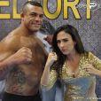 Valdirene (Tatá Werneck) conseguiu entrar no vestiário de Vitor Belfort, em 'Amor à Vida', mas levou um fora do lutador