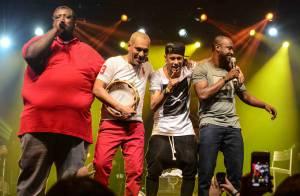 Neymar canta, toca banjo e faz selfie com Thiaguinho durante show do cantor