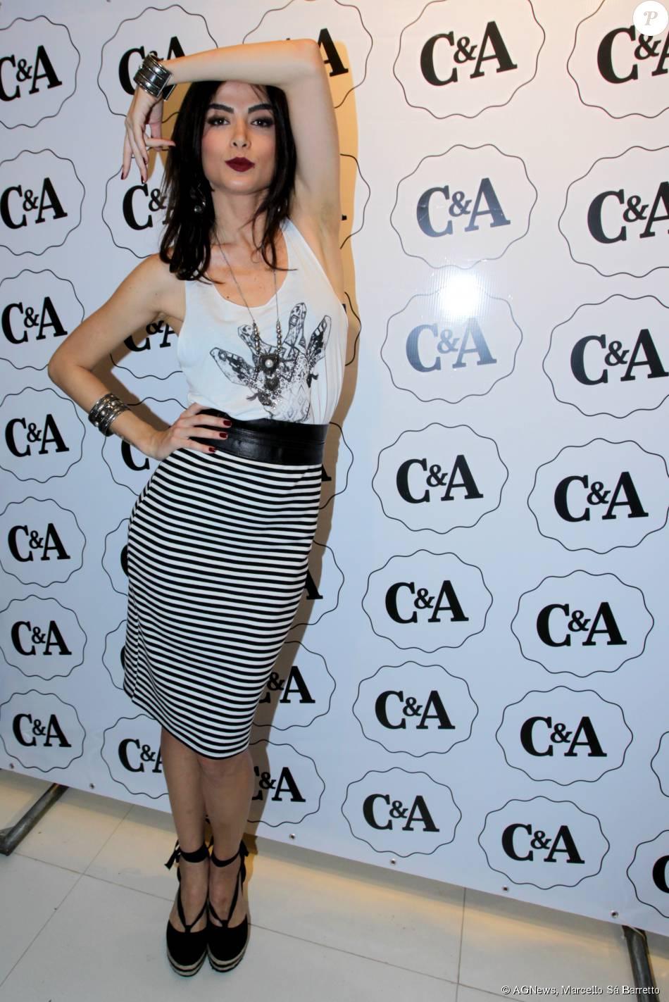 Excepcional Maria Casadevall escolheu uma saia-lápis listrada, camiseta branca  EL04