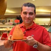 Buddy Valastro, o Cake Boss, conhece coxinha de 1Kg e come pão na chapa em SP