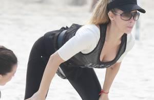 Danielle Winits exibe cintura fininha durante treino funcional em praia do Rio