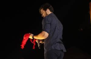 Luan Santana ganha sutiã de fã durante show em São Paulo