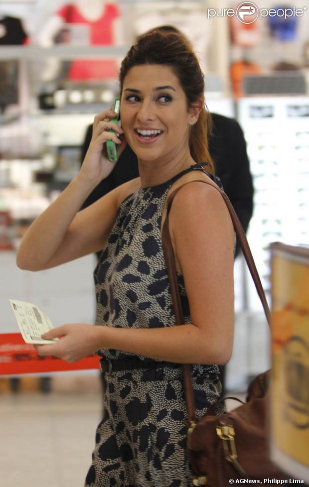 Aeroporto Santos Dumont Telefone : Fernanda paes leme fala ao telefone desembarcar no
