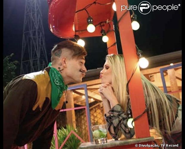 """Leonardo Conrado, namorado de Bárbara Evans, não gosta quando a namorada simula selinho com Mateus Verdelho, durante a Festa Junina de """"A Fazenda"""", em 26 de junho de 2013"""