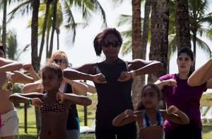 Glória Maria participa de gincana de dança em evento com as filhas na Bahia