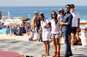 Ricardo Pereira curte sábado em família em praia carioca