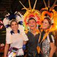 Flávia e Alesandra e Paolla Oliveira posam sorridentes ao lado de David Brasil