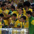 Neymar beija a taça da Copa das Confederações em 30 de junho de 2013