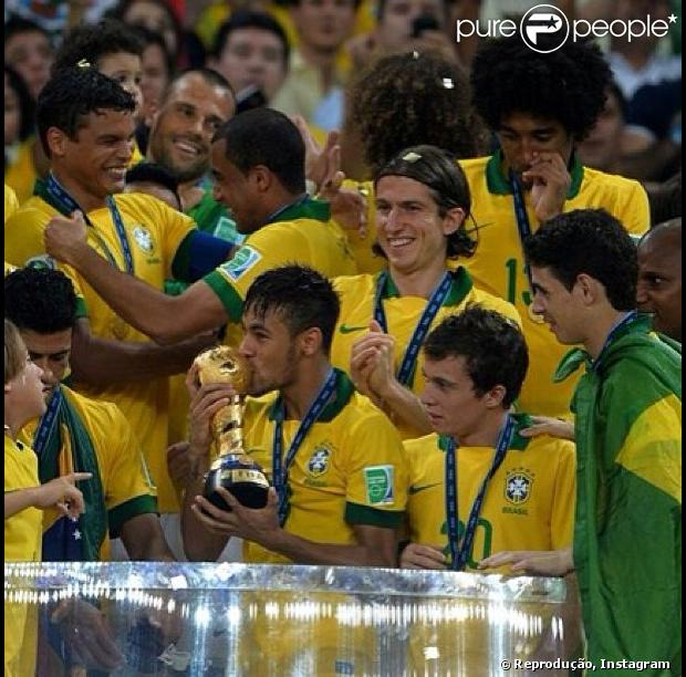 Bruna Marquezine encontra Neymar para festejar título da Copa das ... 437b8dcea9437