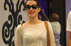Cleo Pires vai a shopping com amigo e deixa sutiã à mostra