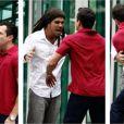Bruno (Malvino Salvador) e Ninho (Juliano Cazarré) passam da discussão para agressão física, em 'Amor à Vida'