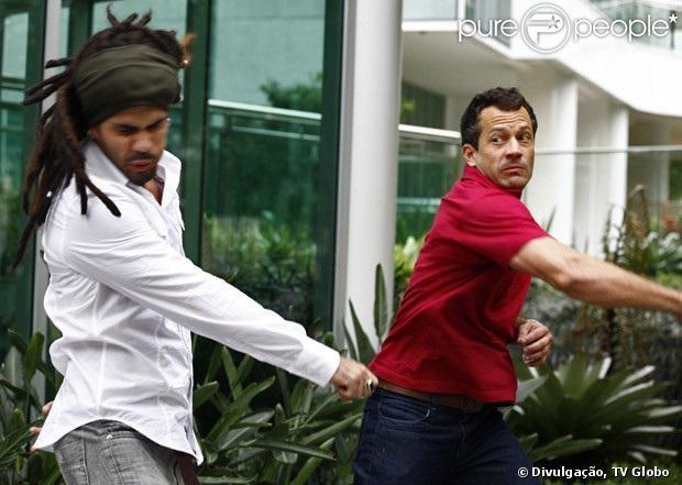 Ninho (Juliano Cazarré) e Bruno (Malvino Salvador) trocam socos na frente de Paulinha (Klara Castanho), em 'Amor à Vida', em 12 de julho de 2013