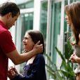 Paulinha (Klara Castanho) chora e pede que Bruno (Malvino Salvador) a leve embora do apartamento de Paloma (Paolla Oliveira), em 'Amor à Vida'
